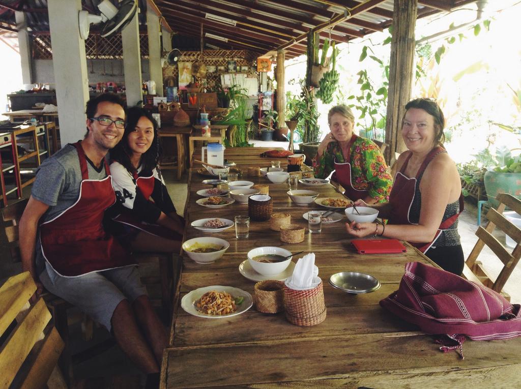 Na kurzu thajské kuchyně, uprostřed rýžových polí u Chiang Mai