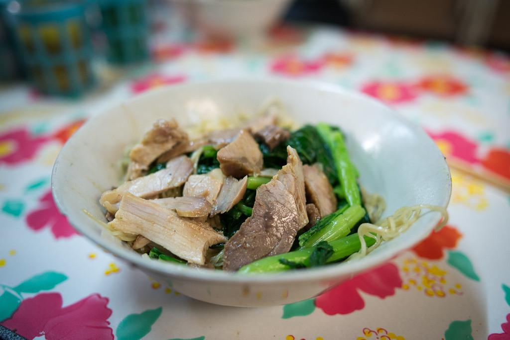 Pouliční klasika. Nudle, maso, něco zeleného. Častěji ve formě polévky.