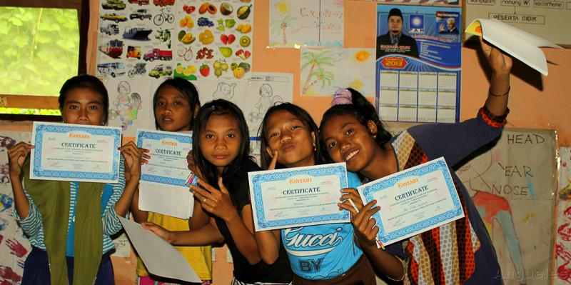 Hrdé absolventky odpoledního kurzu angličtiny se svými certifikáty