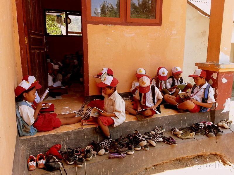 Studenti základní školy Ngolang na ostrově Lombok v Indonésii