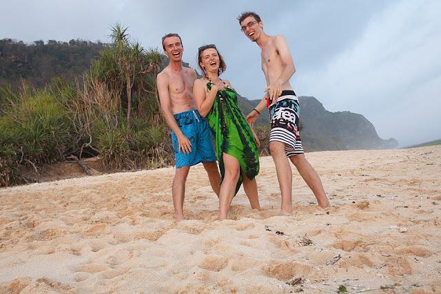 Zakladatelé Psaní hravě při sbírání odpadků na pláži (foto: Lukáš Zídka)