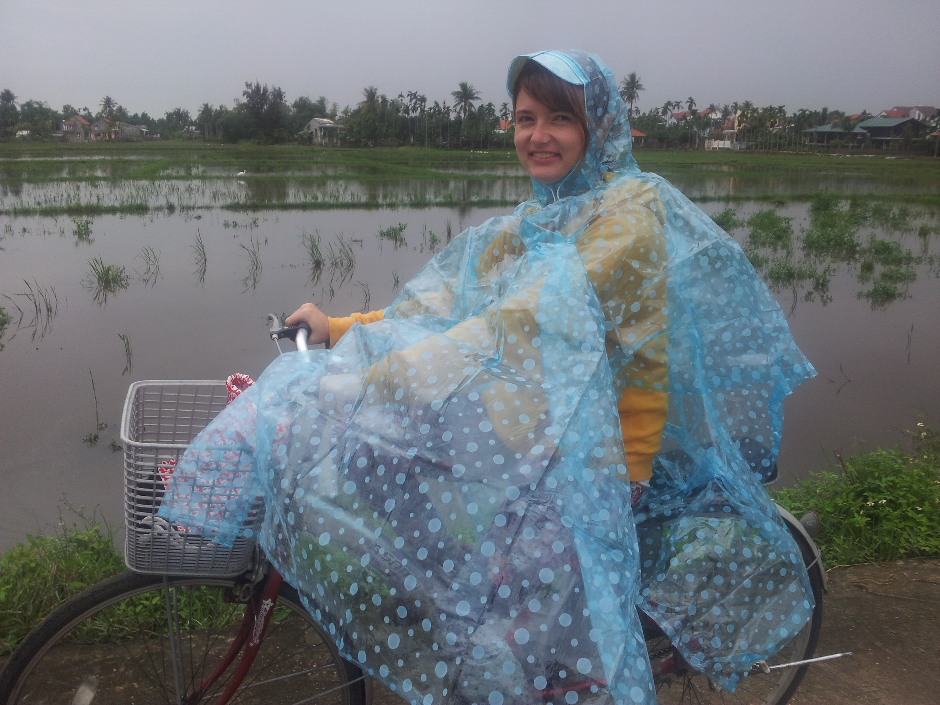 Na kole ve vietnamském dešti