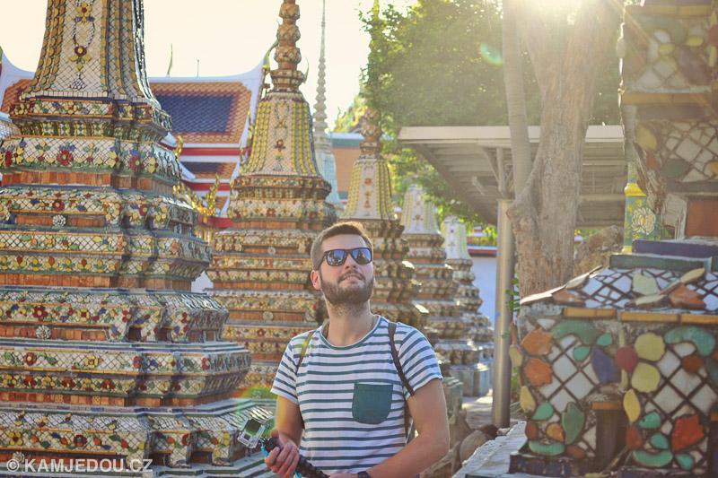 Marek ve Wat Pho v Bangkoku