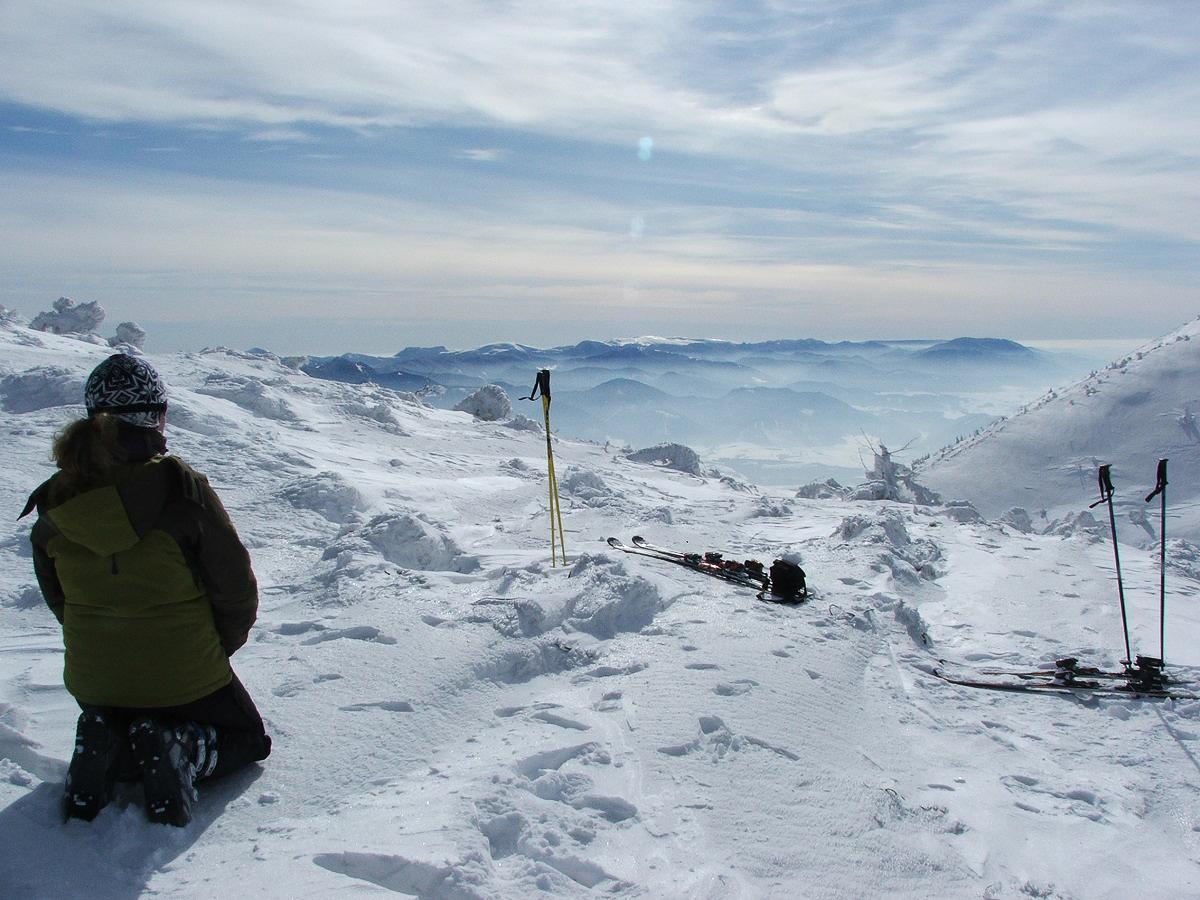 Pohľad spod vrcholu Chlebu nad lyžiarskym strediskom Vrátna smerom na Veľkú Fatru (Petra Konárska)