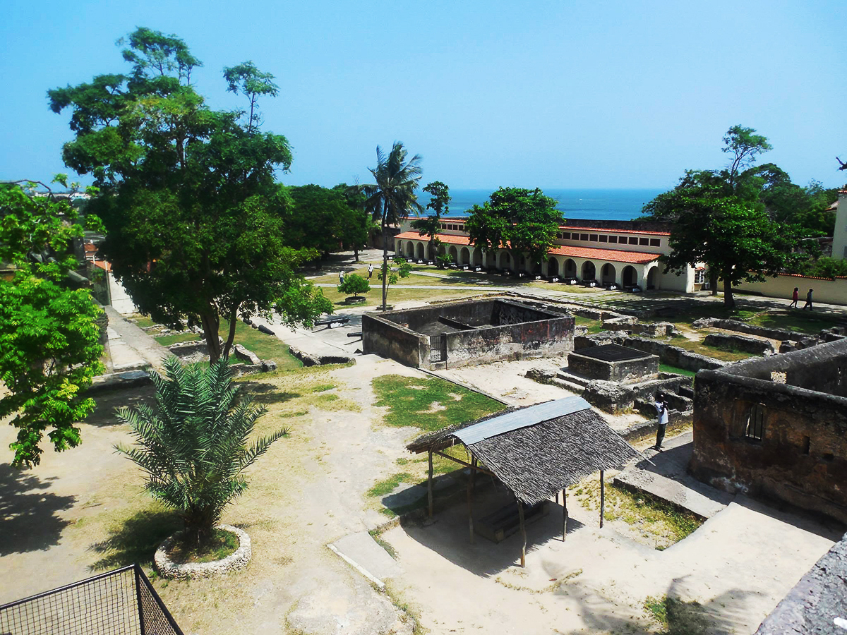Pohled z Fort Jesus na okolí pevnosti a Indický oceán