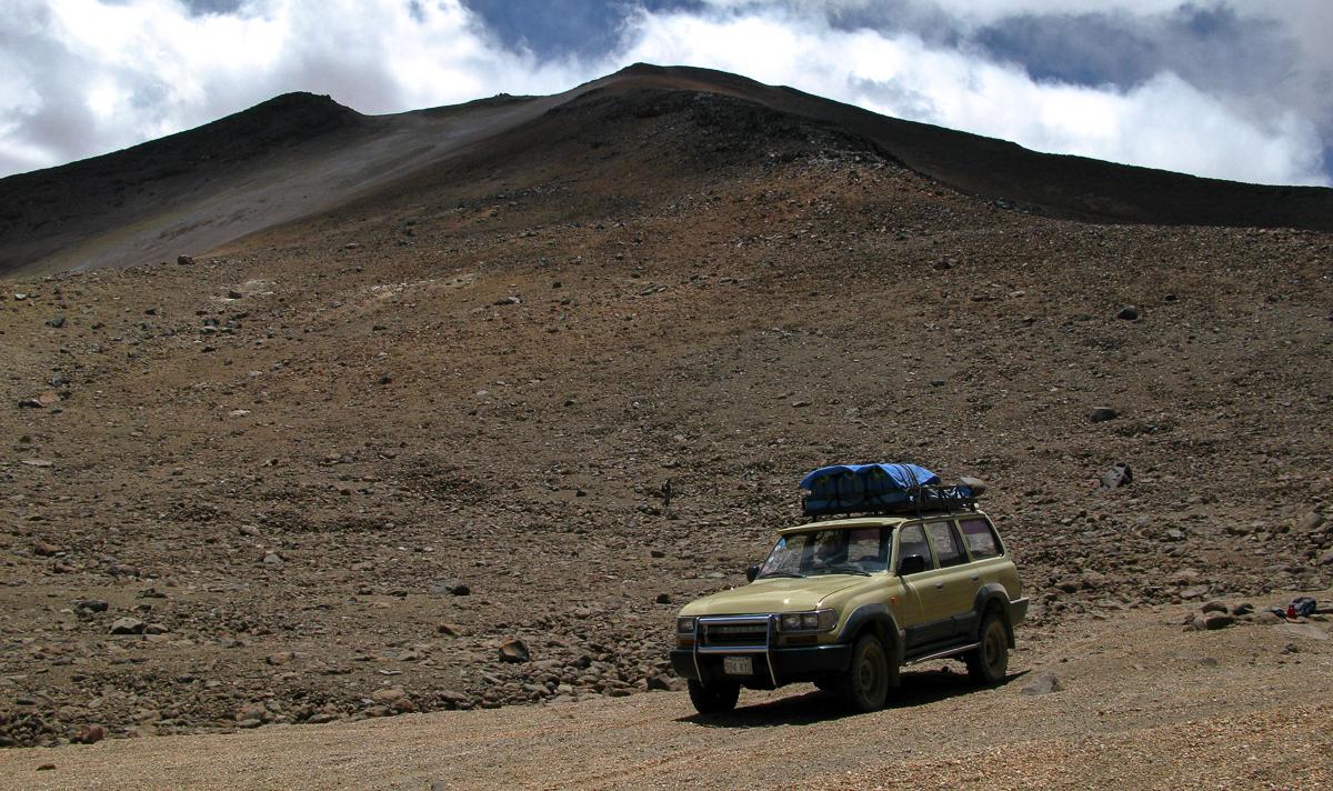 Sopka Uturuncu – zrádný výjezd off-roadem až do výšky 5500 metrů nad mořem, možný velmi rychlý nástup horské nemoci i pro aklimatizovaného člověka (autor: Lukáš Hůlka)