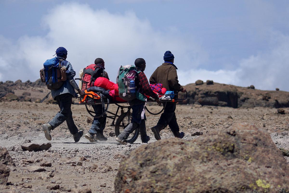Kilimandžáro – klasické nebezpečí výstupu na dominantní sopku, není moc kde se dobře aklimatizovat, naštěstí zde mají vymyšlený docela dobrý sjezd (autor: Jaroslav Málek)
