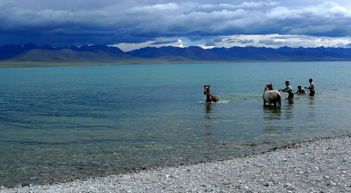 Namtso – jezero ve výšce téměř 4800 metrů nad mořem, nebezpečí výletu do Tibetu, jste ve velkých výškách, propukne u vás horská nemoc a není moc kam sjet níže