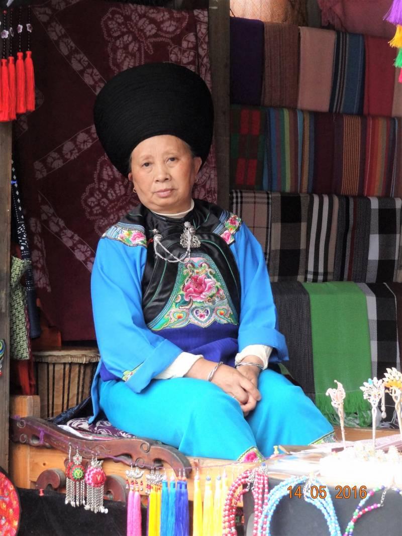 Žena patriaca k národnostnej menšine Miao v meste Fenghuang