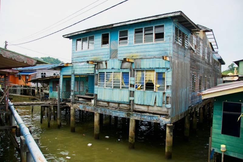 Domy v Kampong Ayeru zvenčí nevypadají jako luxusní sídla