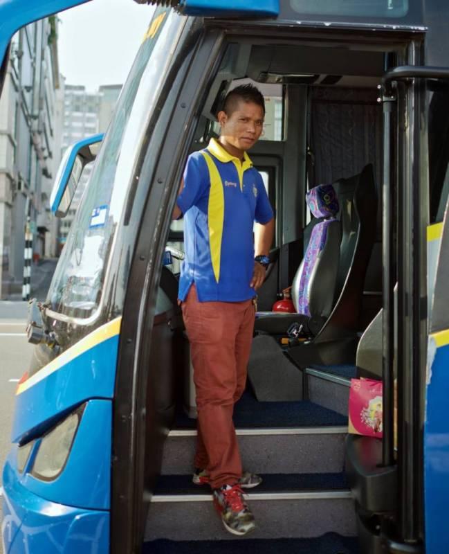 Stevard na autobusové lince z Koty Kinabalu do Bandaru.