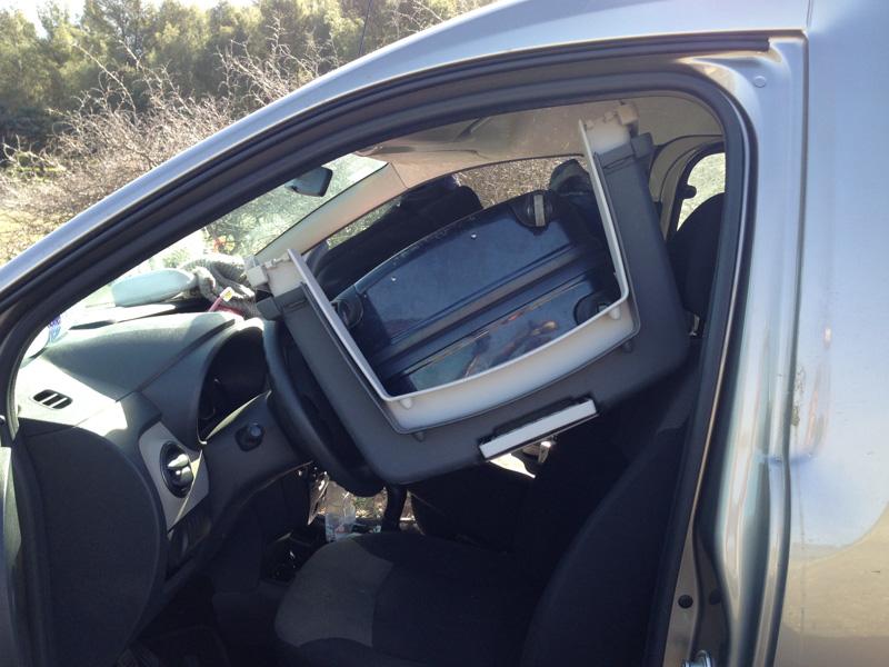 Takhle to dopadá, když chcete přespat v autě a nevíte, kam s přepravkou