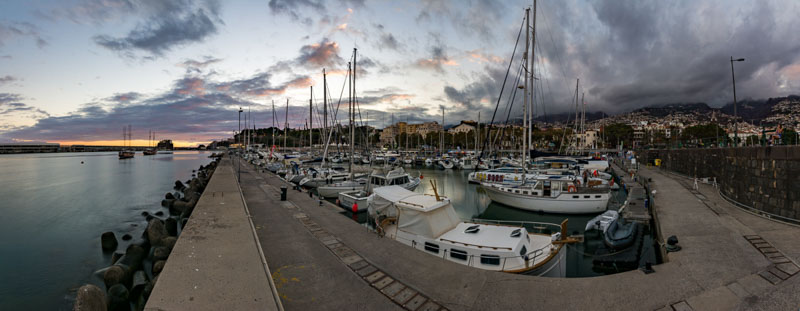 Panoramatická fotografie z přístavu v hlavním městě Funchal