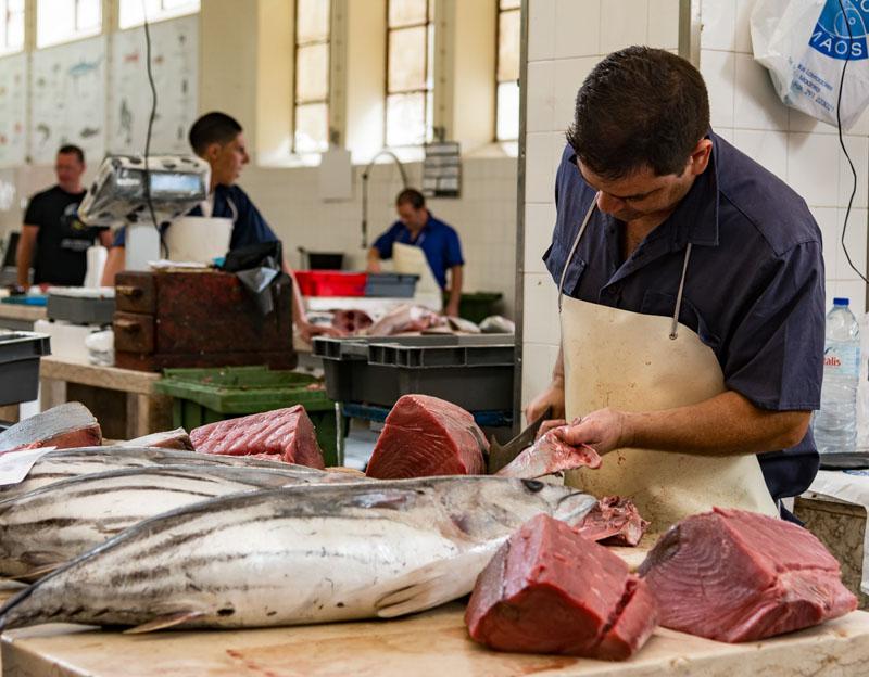 Místní rybí trh je otevřený každý den kromě neděle a státních svátků. Můžete si zde vybrat pochoutku přímo od místních rybářů