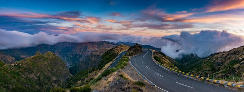 Zatáčka blízko náhorní plošiny Paul da Serra, přímo vyzývající k uspořádání Rallye Madeira