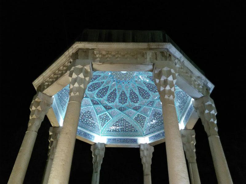 Pomník básníka Hafeze kombinuje tradiční perské a islámské prvky