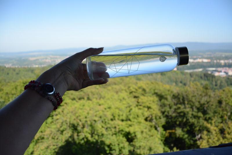 Skleněná láhev je sice těžší než nerezová, ale i tak plní funkci dobře