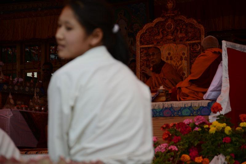 Dalajláma právě vede obrovskou pudžu nedaleko Lehu