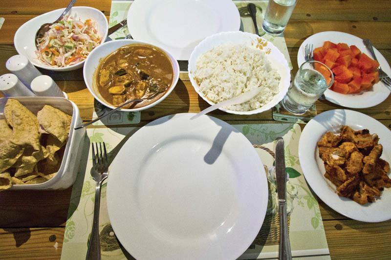 Typická maledivská večeře, rybí kari, rýže, smažená ryba