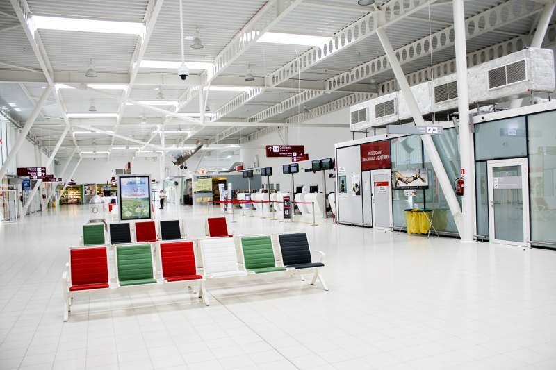 prázdná letištní hala
