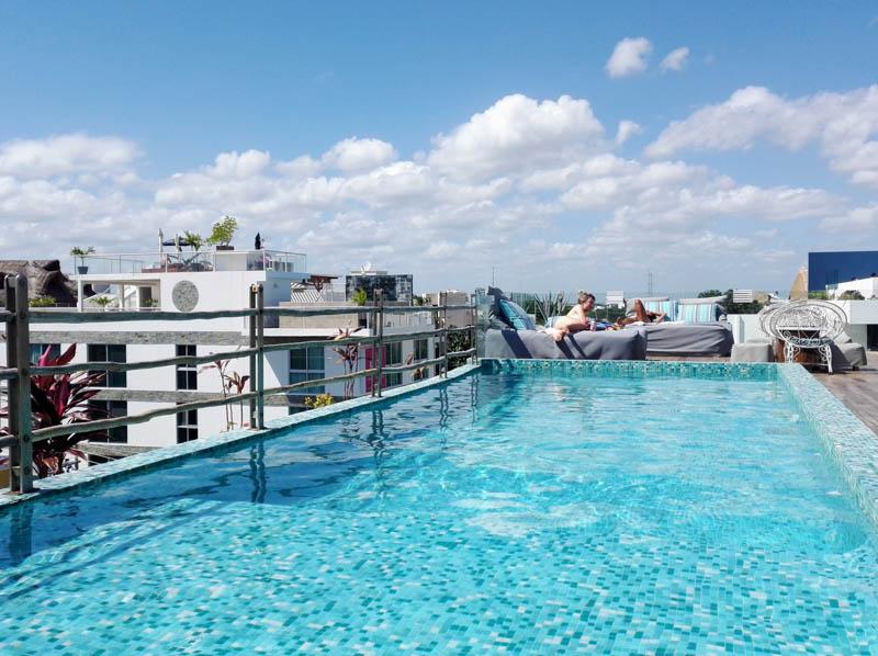 Po práci chvíle relaxu v baru Be Playa na střeše hotelu
