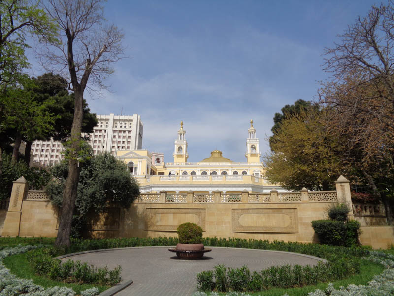 Park a budova filharmonie v centru Baku