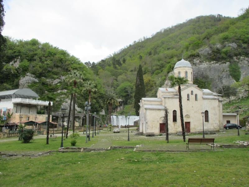 Vodopád a kostelík v centru Nového Afonu